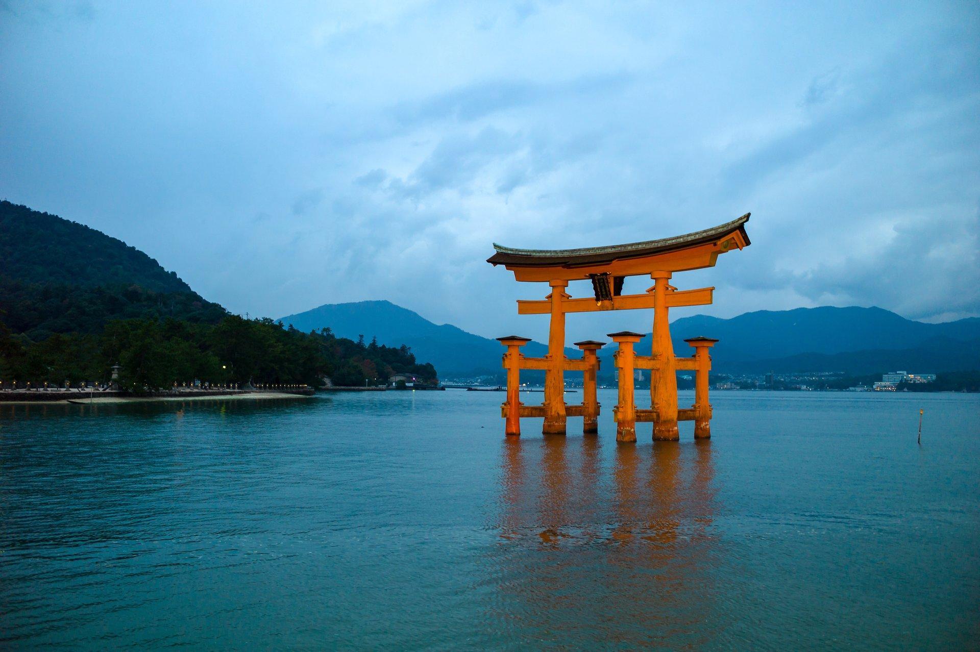 Miyajima – hòn đảo linh thiêng với chiếc cổng Thần đạo nổi trên mặt biển Thumbnail